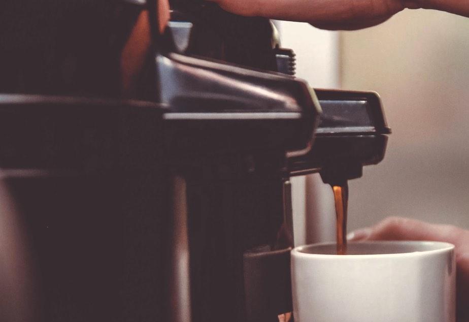 koffiezetapparaat en kopje koffie